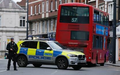 """Londra, uomo accoltella passanti. Polizia gli spara: """"E' terrorismo"""""""