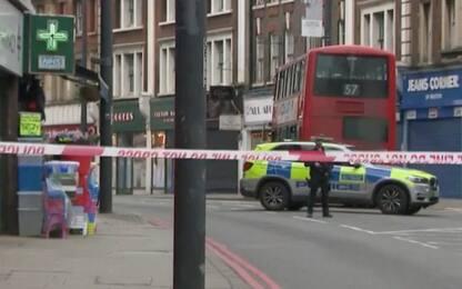 Londra: uomo accoltella 3 passanti, polizia lo uccide. FOTO