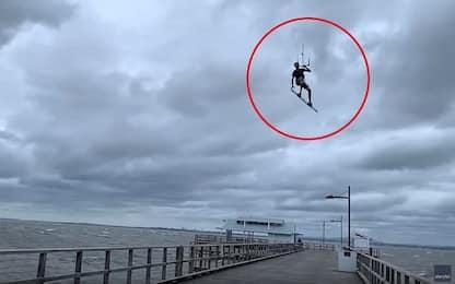 Australia, kitesurfer supera con un salto il molo di Brisbane. VIDEO