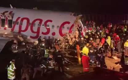 Aereo esce fuori pista a Istanbul e si spezza, tre morti