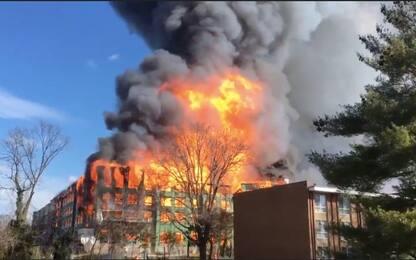 Maxi incendio in un palazzo in Virginia: tre feriti. VIDEO