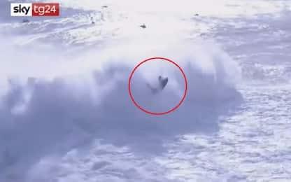 Travolto da onda gigantesca, incidente per il surfista Botelho. VIDEO
