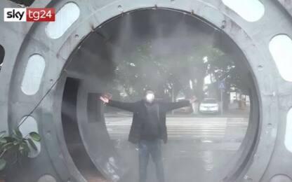 Cina, i lavoratori 'si disinfettano' prima di entrare in azienda VIDEO