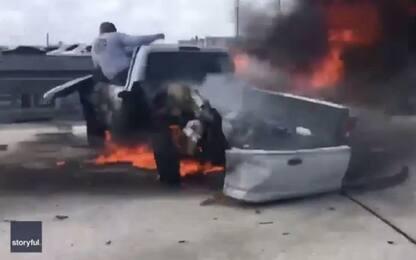 Incidente a Miami, uomo salva automobilista dalle fiamme. VIDEO