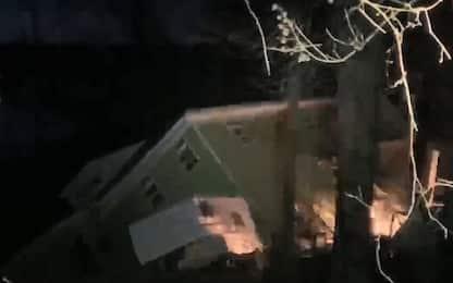 Usa, due case crollano per le frane lungo il fiume Tennessee. VIDEO
