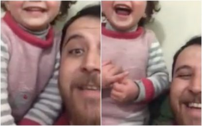 Bombe in Siria, il gioco del papà per non far spaventare figlia. VIDEO