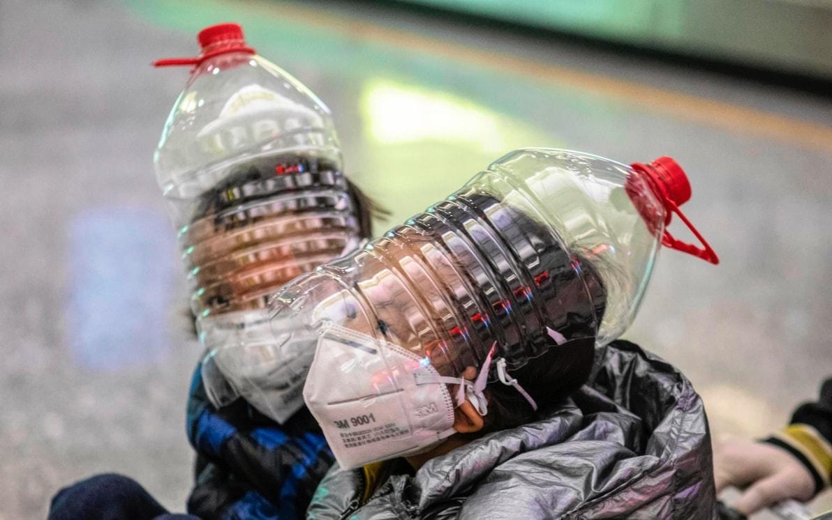 Coronavirus, mascherine improvvisate con sacchetti, tovaglioli e bottiglie.  FOTO   Sky TG24