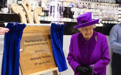 La regina Elisabetta inaugura i locali di due ospedali. FOTO
