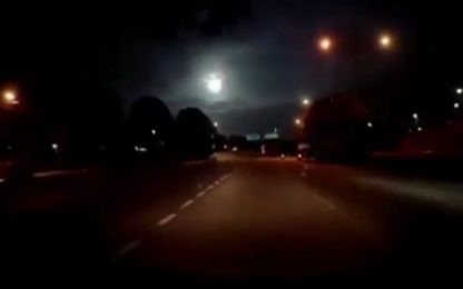 Malesia, una meteora illumina il cielo notturno. VIDEO