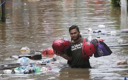 Indonesia, a Giacarta strade sommerse da acqua e fango. FOTO
