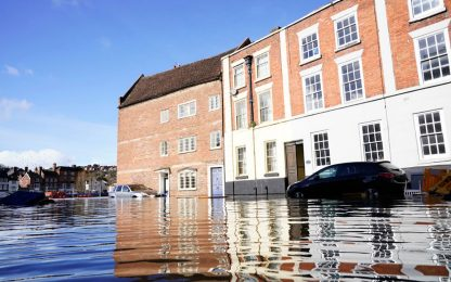 Gran Bretagna, alluvioni record: sommerse molte città. FOTO