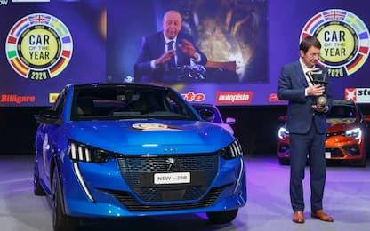Peugeot 208 auto dell'anno 2020 nel 'vuoto' del salone di Ginevra