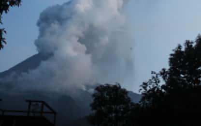 Indonesia, erutta il vulcano Merapi: chiude aeroporto di Solo. VIDEO