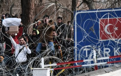 Migranti, Turchia apre i confini: in migliaia alla frontiera greca