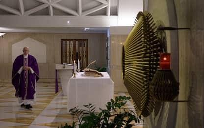 """Coronavirus, appello del Papa ai vescovi: """"Non lascino soli fedeli"""""""