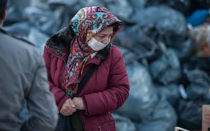 Coronavirus, a Lesbo rifugiate producono mascherine per campo di Moria