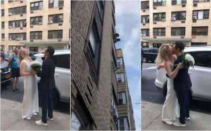 Coronavirus, a New York una coppia si sposa in strada. VIDEO