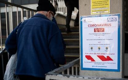 """Coronavirus, in Gb gli sms del governo ai cittadini: """"State a casa"""""""