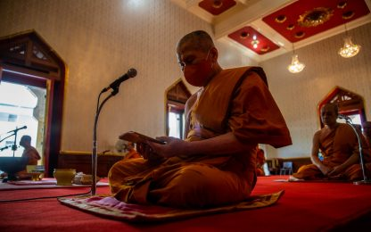 Coronavirus, monaci buddisti in preghiera a Bangkok. FOTO