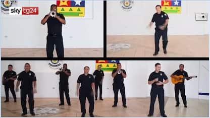 Coronavirus in Messico, poliziotti ballano per sdrammatizzare. VIDEO