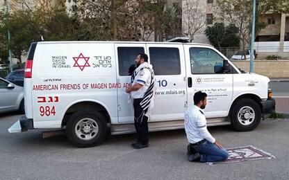 """Israele, ebreo e musulmano pregano insieme nella """"foto dell'ambulanza"""""""