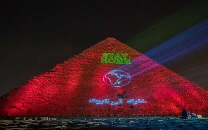 Egitto, le piramidi di Giza illuminate contro il coronavirus