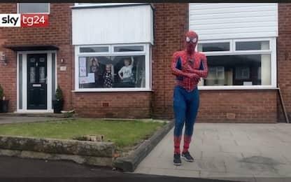 Coronavirus Uk, a Stockport Spiderman ricorda di non uscire. VIDEO