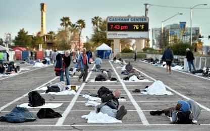 Covid-19, a Las Vegas senzatetto dormono in parcheggio. FOTO