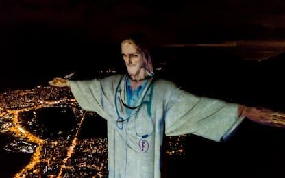 Coronavirus, il Cristo di Rio indossa il camice. FOTO