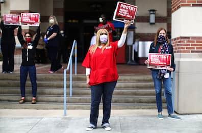 Coronavirus, la protesta degli infermieri in California