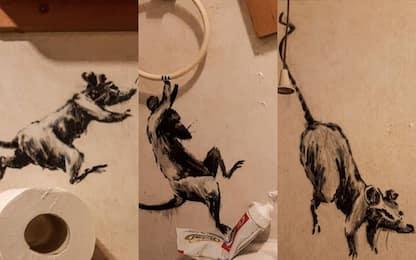 Anche Banksy lavora da casa: le nuove opere in bagno. FOTO