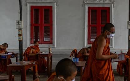 Coronavirus in Thailandia: monaci studiano con le mascherine