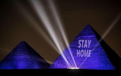 """Coronavirus, in Egitto piramidi illuminate: """"Stay home"""""""