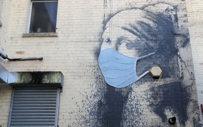 """Coronavirus, """"ragazza col timpano trafitto"""" di Banksy con mascherina"""