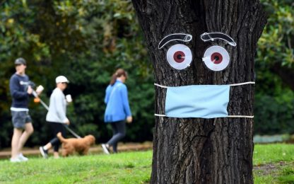 Coronavirus Australia, alberi con le mascherine. FOTO