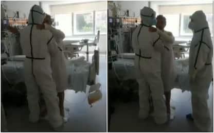 Coronavirus Spagna, paziente guarito balla con i fisioterapisti. VIDEO