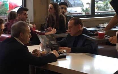 Silvio Berlusconi cliente da McDonald's, la foto diventa virale