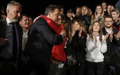"""Pd, Renzi dopo il trionfo: """"Nessuna rivincita"""". E Macron si congratula"""