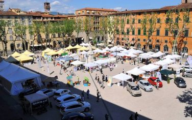 Fotogramma_Lucca_Piazza_Napoleone