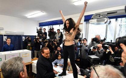 Berlusconi contestato da Femen al seggio