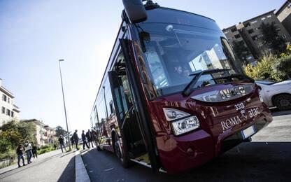Roma, bus in fiamme in via della Sorbona: nessun ferito
