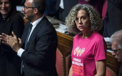 Governo, Cirinnà in Senato con la maglietta delle Famiglie Arcobaleno