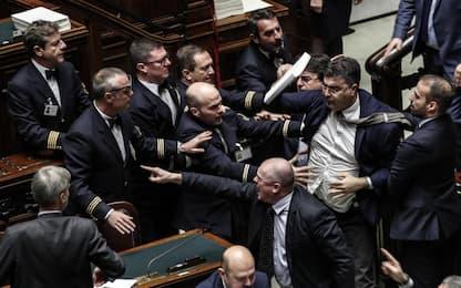 Manovra: bagarre in Aula per stop emendamenti, governo pone la fiducia