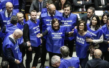 """Manovra, Berlusconi lancia i """"gilet azzurri"""". A gennaio in piazza"""