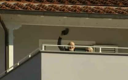 Arresto genitori di Renzi, Tiziano saluta i giornalisti dalla terrazza