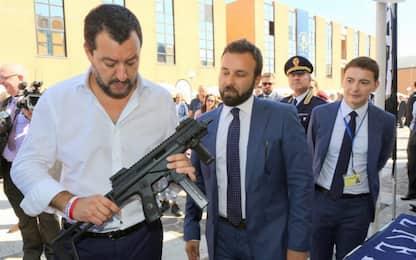 """""""Noi siamo armati"""", Luca Morisi posta foto di Salvini con un mitra"""
