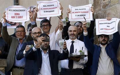 Roma, M5S offre mojito a Salvini in piazza del Campidoglio. VIDEO