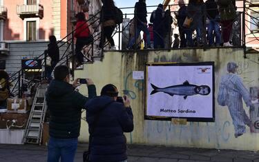 hero-manifesto-pubblicitario-salvini-sardina-tvboy-fotogramma