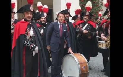 Il premier Conte suona il tamburo con la banda dei Carabinieri. VIDEO