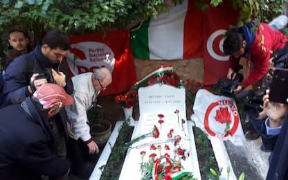 Bettino Craxi, in centinaia ad Hammamet sulla tomba. FOTO